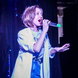 Девушка поёт в микрофон
