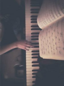 Игра на пианино, нотная тетрадь, партитура