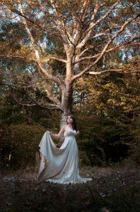 девушка в шикарном платье на фоне дерева