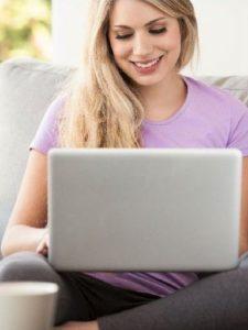 Девушка и ноутбук, видеосвязь
