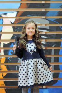 Маленькая девочка поет на студии вокала