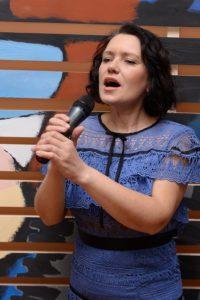 Женщина поёт, готовится для выступления