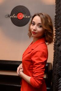 Девушка в красном, пластинка на стене