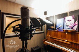 Микрофон и фортепиано на студии звукозаписи
