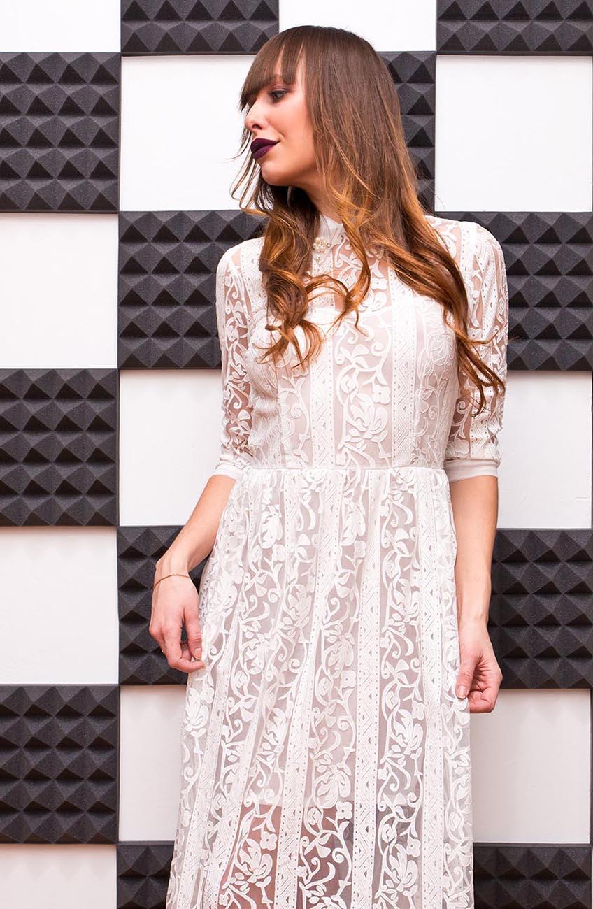 Девушка в белом платье, шахматная стенка
