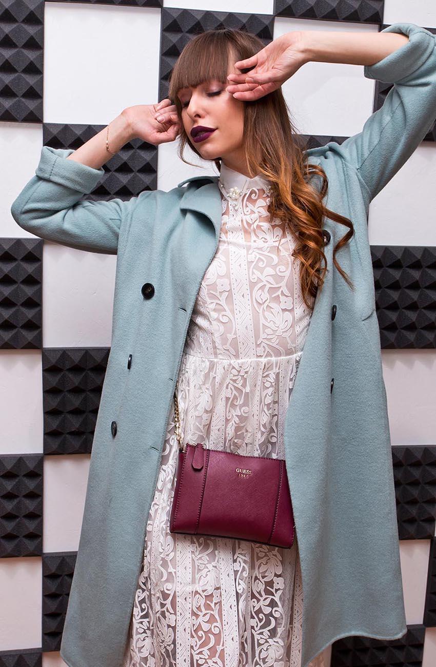 Голубое пальто на девушке в белом платье и сумочка
