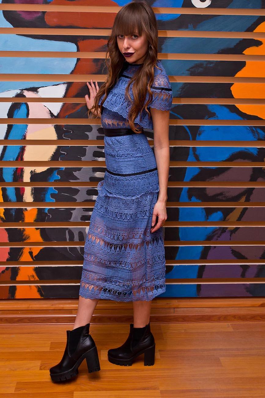 Синее платье на девушке