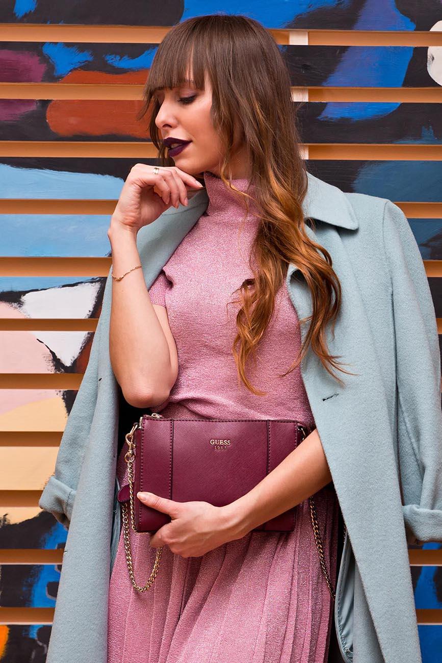 Девушка в голубом пальто и сиреневая сумочка