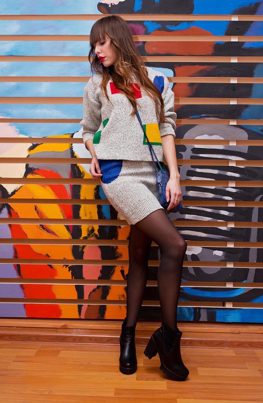 Девушка в серой юбке и серой кофте