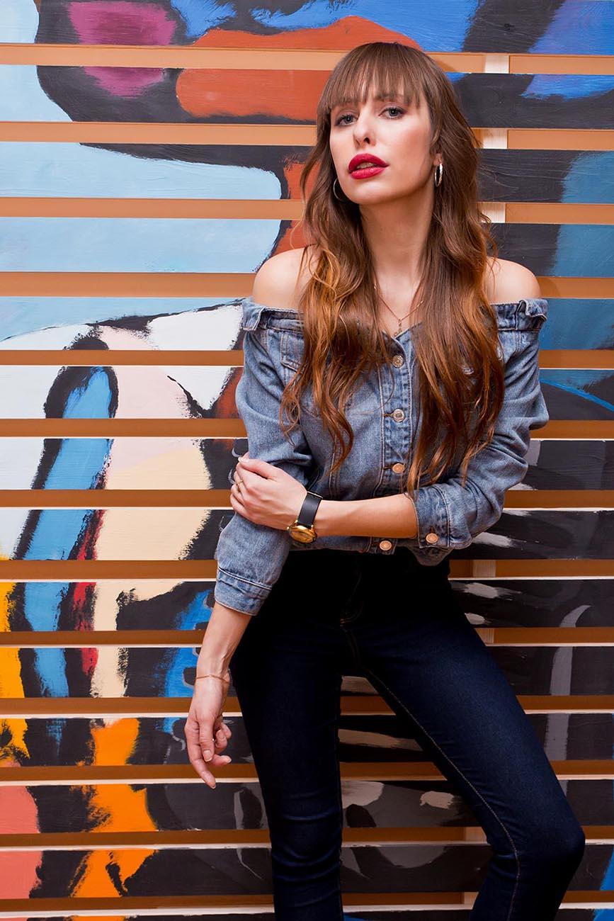 джинсовая рубашка на девушке