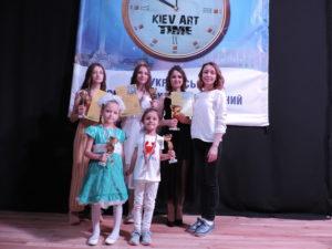 Ученики на конкурсе, победа, девушки