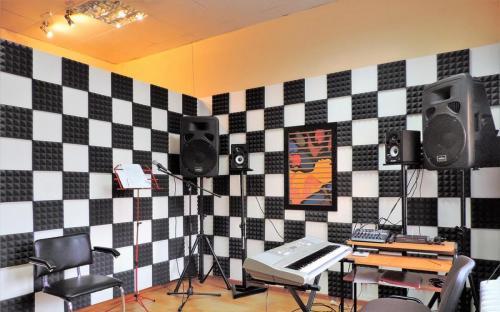 Студия, инструмент, чёрно-белая стенка