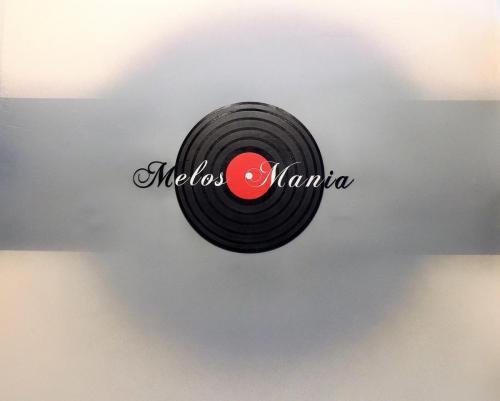Чёрная пластинка, серая стена, логотип