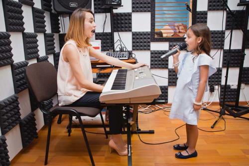 Преподователь по вокалу и ребёнок на уроке вокала