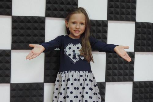 Ребёнок на фоне бело-чёрных квадратов