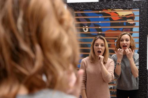 Две девушки в зеркале