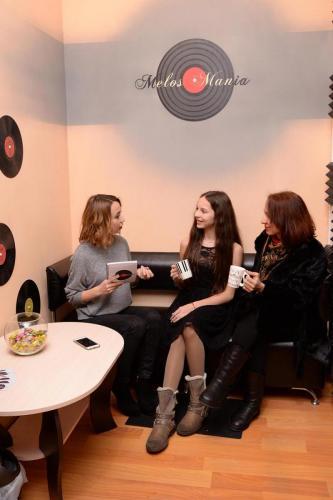 Три девушки пьют чай, чёрный диван, чёрная пластинка