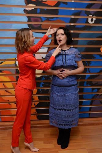 Преподователь по вокалу в красном костюме и женщина в синем платье ученик
