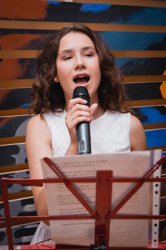 Девушка и микрофон