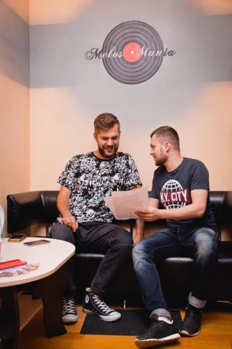 Двое мужчин разговаривают в студии